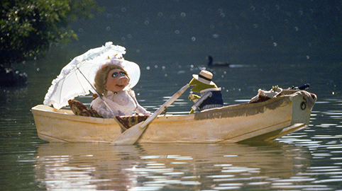 Missy-Piggy-and-Kermit-on-the-lake-in-The-Muppet-Movie